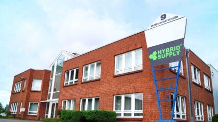 HybridSupply Ltd. е създадена през Октомври 2006 г. от трима партньори в Бекум (Вестфалия). Управляващият директор Оскар Ковалски е само на 21 години и в първата година на стажа си като търговец на износни стоки.